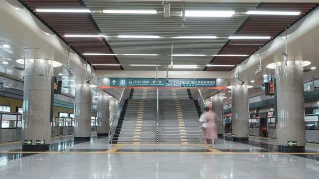 北京_北京地铁上下楼_地铁月台_地铁站楼梯